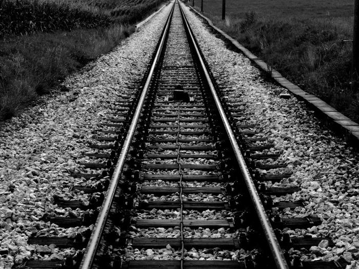 train-933080_1920